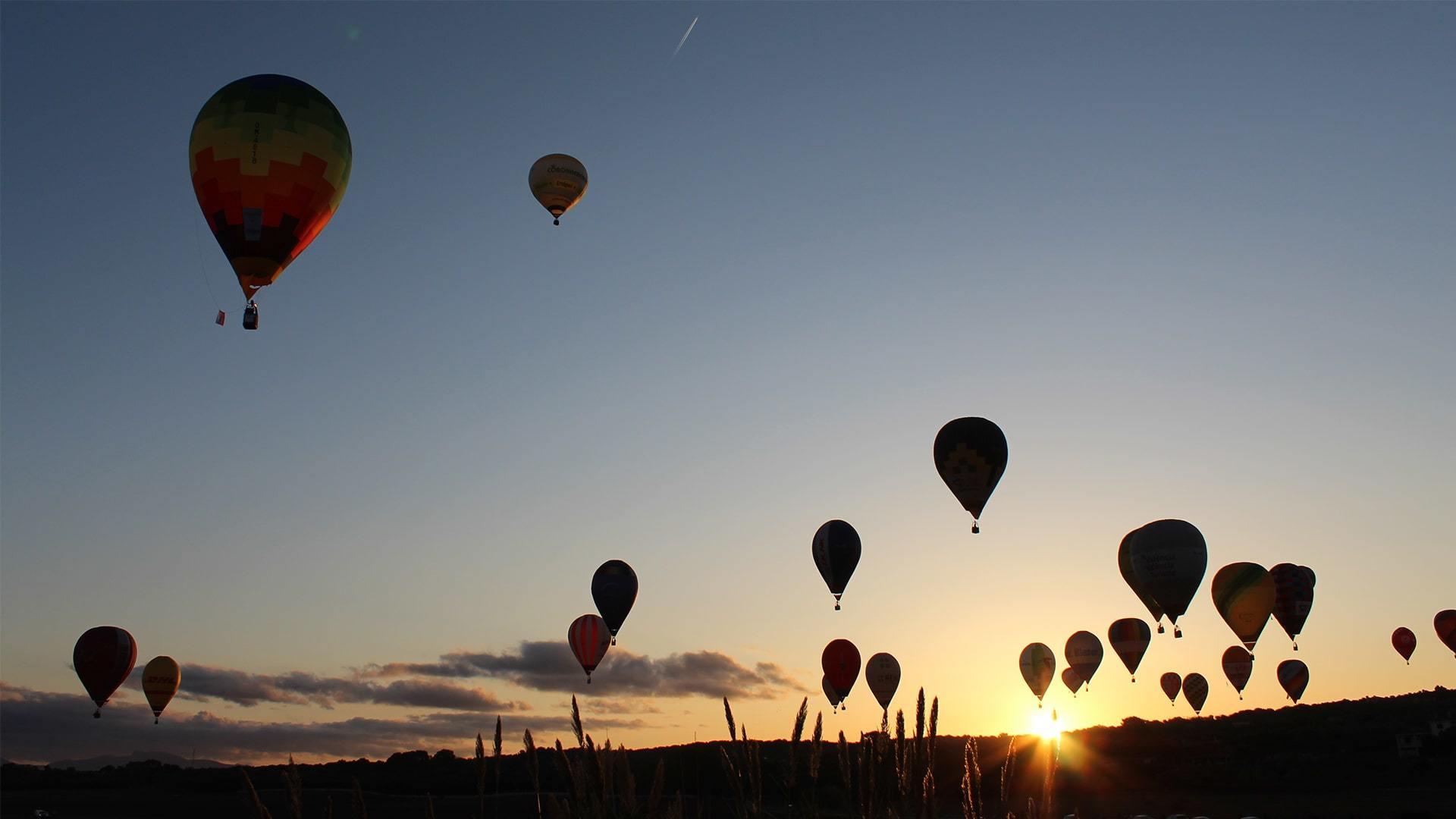 Hot air balloons over Mallorca sunrise photo Adele Chretien min